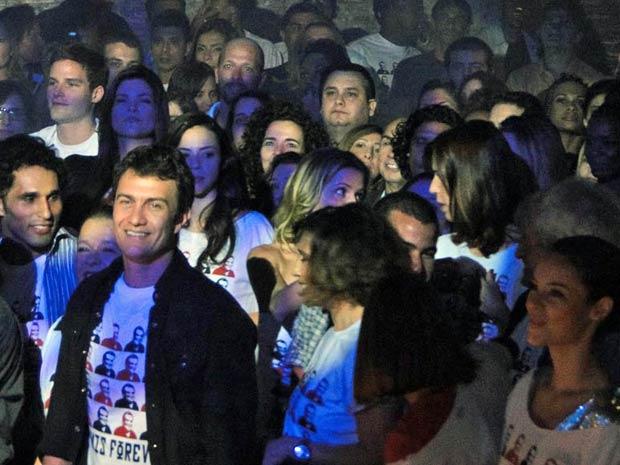 Gabriel Braga Nunes e Paola Oliveira confraternizam durante show (Foto: Insensato Coração / TV Globo)