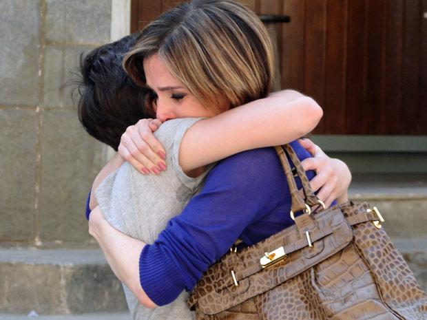 As duas se emocionam em um abraço (Foto: Insensato Coração/TV Globo)