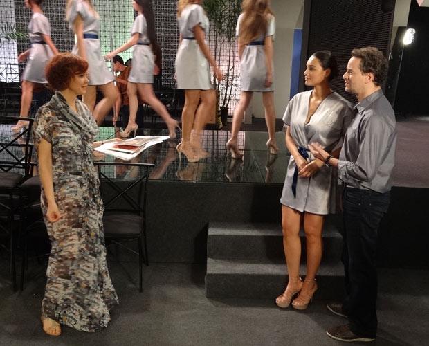 Paulo chama a esposa, Esther, e deixa a modelo sem graça (Foto: Fina Estampa/TV Globo)