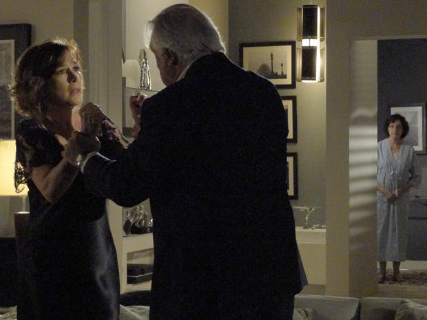 Raul diz a Wanda que Léo é o assassino de Norma e Neném ouve toda a conversa (Foto: Insensato Coração / Tv Globo)