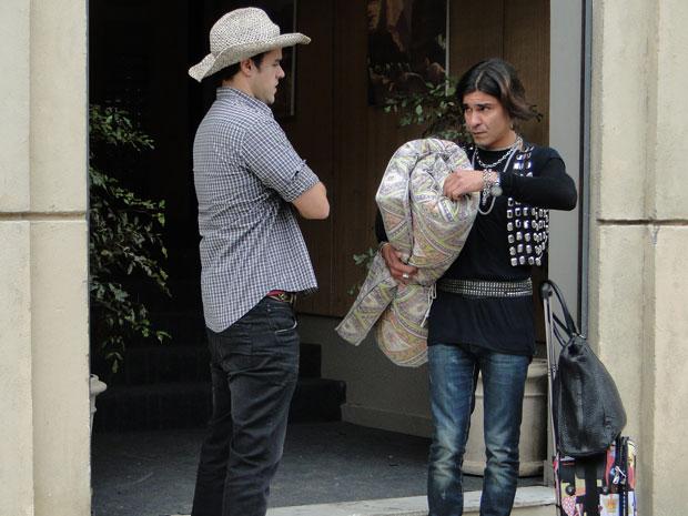 Áureo pede abrigo para Josué após ser despejado (Foto: Morde & Assopra/TV Globo)