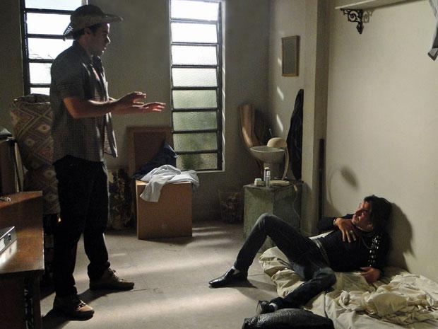 Áureo não se importa com o tamanho do quarto de Josué (Foto: Morde & Assopra/TV Globo)
