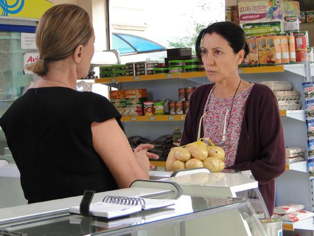 Dulce reclama das batatas que Minerva tenta vender (Foto: Morde&Assopra/TVGlobo)