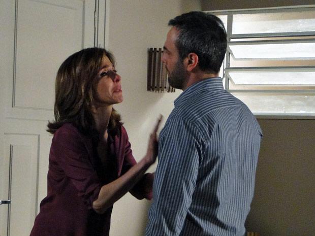 Eunice mente, mas mesmo assim não consegue o perdão do marido (Foto: Insensato Coração/ TV Globo)