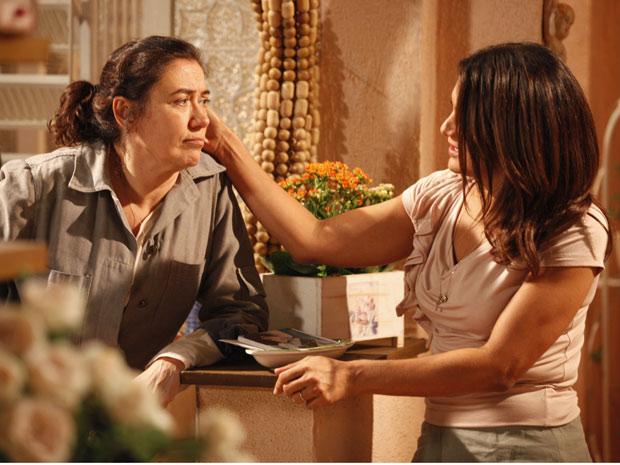 Triste com Antenor, Griselda desabafa com a amiga (Foto: Fina Estampa/TV Globo)