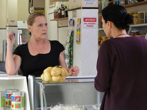 Minerva bate-boca com Dulce na mercearia (Foto: Morde&Assopra/TVGlobo)