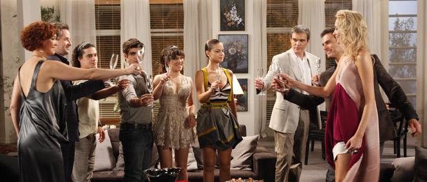 René proprõe um brinde aos futuros noivos (Foto: Fina Estampa/TV Globo)