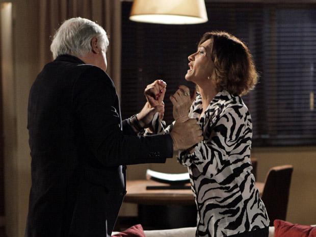 Wanda perde a cabeça e agride Raul (Foto: Insensato Coração/TV Globo)