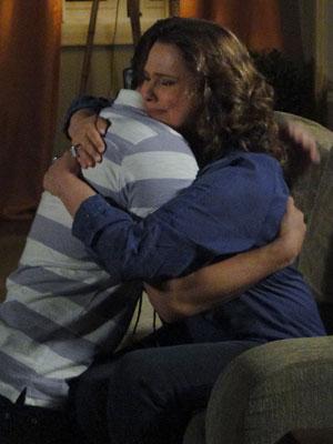 Eduardo e Sueli se abraçam (Foto: Insensato Coração / Tv Globo)