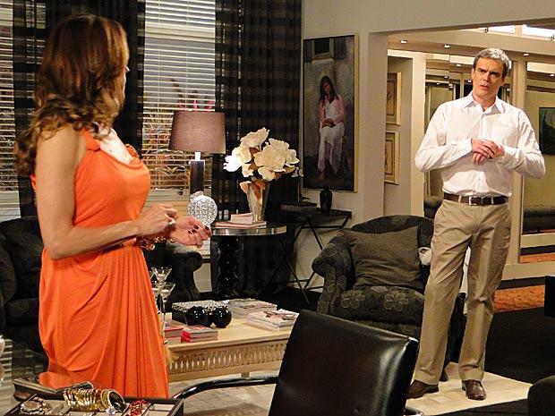 René diz que achou o pedido de noivado intempestivo (Foto: Fina Estampa/TV Globo)