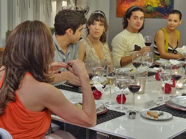 Vanessa conta para Tereza Cristina que pretende trabalhar à noite (Foto: Fina Estampa/TV Globo)
