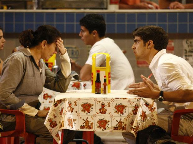 Griselda fica arrasada ao ouvir o desabafo do filho (Foto: Fina Estampa/TV Globo)