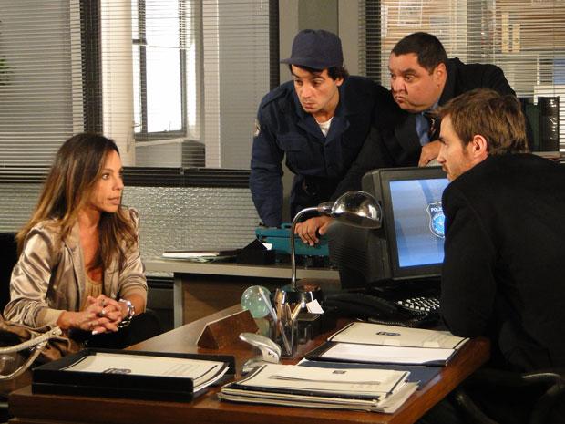 Amanda é ouvida com atenção por Xavier, Herculano e Wilson (Foto: Morde & Assopra/TV Globo)