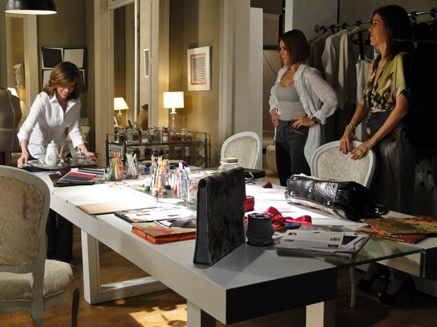 Eunice serve café a Gilda e Bibi (Foto: Insensato Coração / TV Globo)