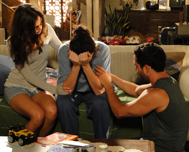 Griselda é consolada por Amália e Quinzé (Foto: Fina Estampa/TV Globo)