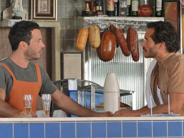 Guaracy desconversa quando Quinzé o coloca contra a parede (Foto: Fina Estampa/TV Globo)