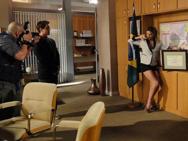 Eleita, Natalie posa em seu gabinete (Foto: Insensato Coração / Tv Globo)