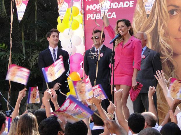 Natalie em comício sob o olhar atento de Roni (Foto: Insensato Coração / Tv Globo)