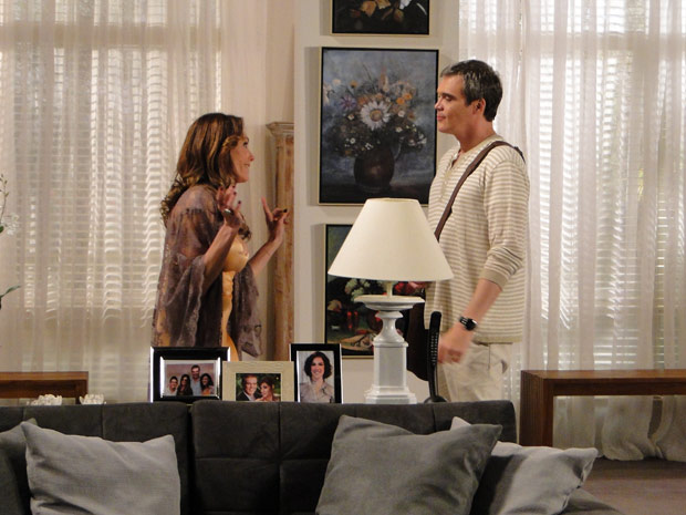 Tereza Cristina diz estar desconfiada das intenções de Antenor (Foto: Fina Estampa/TV Globo)