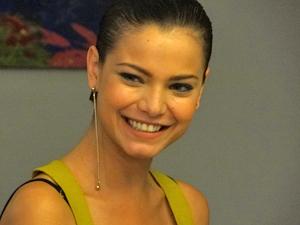 Vanessa fica animada ao conseguir entrevista no Le Velmont (Foto: Fina Estampa/TV Globo)