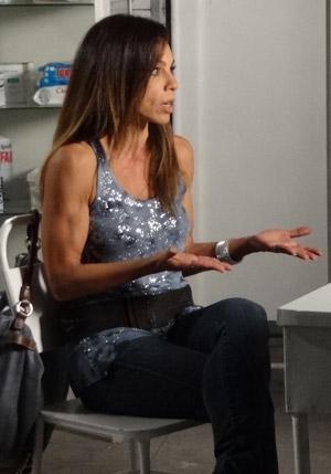 Carla em cena como a ardilosa Amanda, que abusa de blusas decotadas (Foto: Morde&Assopra/TVGlobo)