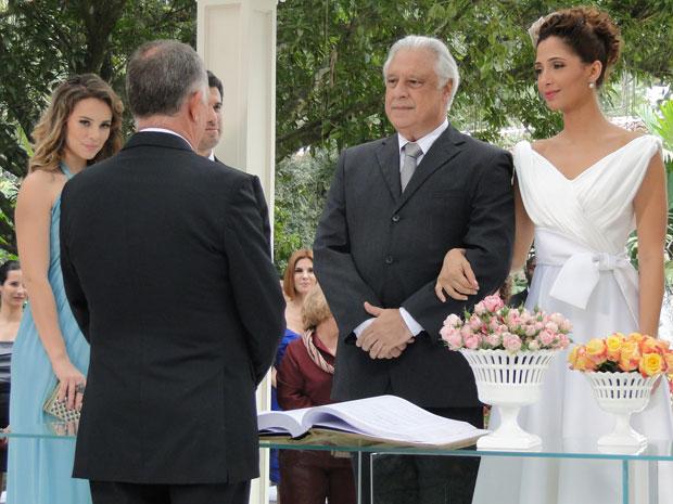 Amigos e familiares vibram com a linda cerimônia do casamento de Carol e Raul (Foto: Insensato Coração / TV Globo)