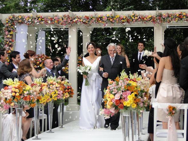 Os noivos felizes após a cerimônia (Foto: Insensato Coração / TV Globo)