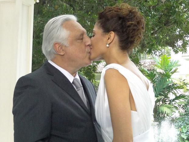 Carol e Raul se casam (Foto: Insensato Coração / TV Globo)