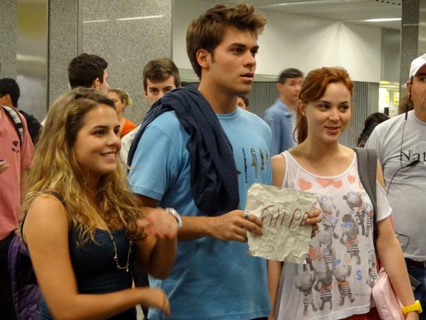 Betão, Michele e Débora aguardam Filipe no aeroporto (Foto: Malhação / TV Globo)