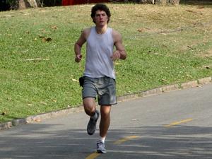 Caio Paduan corre no Aterro do Flamengo (Foto: Malhação / TV Globo)