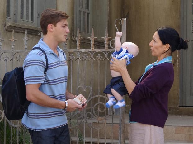 Dulce recusa dinheiro de Guilherme e manda ele olhar pela última vez para o filho (Foto: Morde&Assopra/TVGlobo)