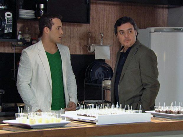 Eduardo e Kléber: pai e filho se acertam (Foto: Insensato Coração/ TV Globo)