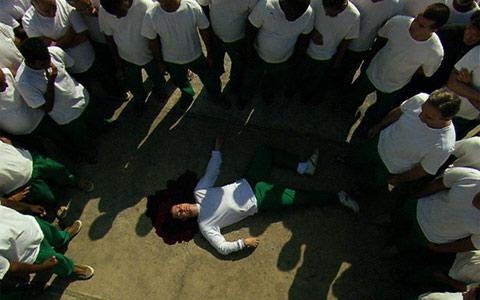 Léo morre na cadeia a mando de Cortez (Insensato Coração/ TV Globo)