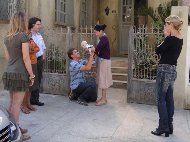 Emocionada, Dulce entrega Amadeu para Guilherme (Foto: Morde&Assopra/TVGlobo)