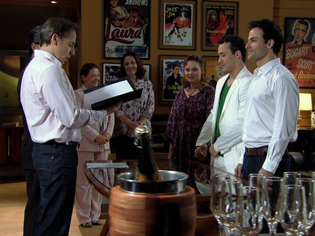 A união de Eduardo e Hugo (Foto: Insensato Coração/ TV Globo)