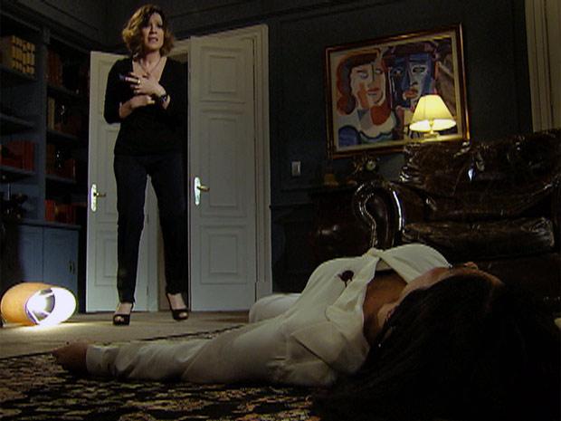 Wanda diante do corpo de Norma (Foto: Insensato Coração/ TV Globo)