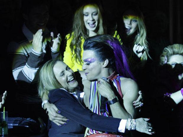 Áureo cai nos braços de Minerva durante o show (Foto: Morde & Assopra/TV Globo)