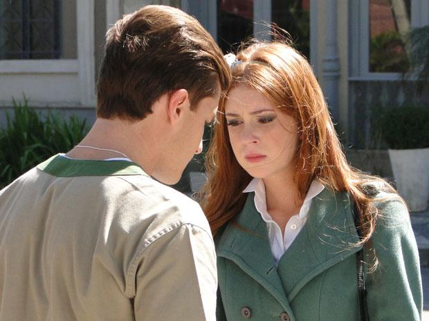 Alice não gosta de ouvir Guilherme confessar que sente saudades (Foto: Morde & Assopra/TV Globo)