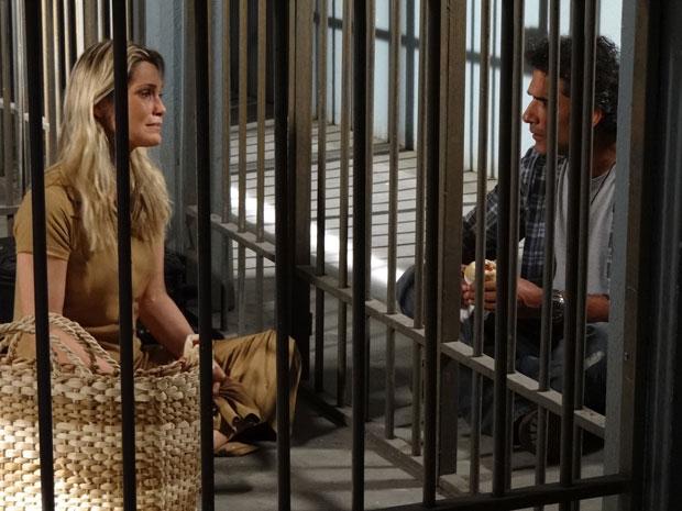 Naomi chora ao imaginar que pode ficar presa para sempre (Foto: Morde & Assopra/TV Globo)
