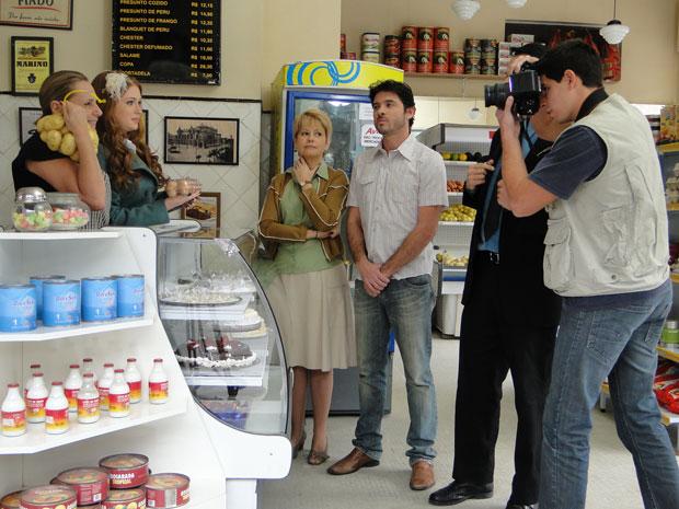 Minerva posa para fotos ao lado de Alice (Foto: Morde & Assopra/TV Globo)