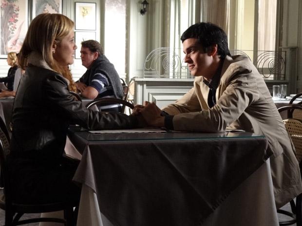 Ícaro concorda em manter o romance com Júlia em segredo (Foto: Morde&Assopra/TVGlobo)