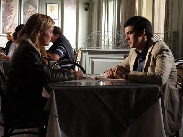 Júlia não tem coragem de contar para Ícaro que está com o dossiê sobre Naomi (Foto: Morde&Assopra/TVGlobo)