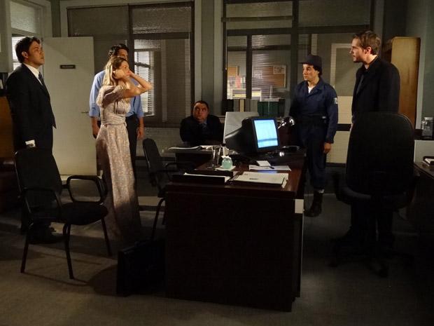 Naomi perde o controle durante o depoimento e Wilson tem certeza que ela é a culpada (Foto: Morde&Assopra/TVGlobo)