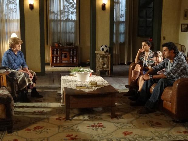 Abner diz para a mãe que não aguenta mais amar sem ser amado (Foto: Morde&Assopra/TVGlobo)