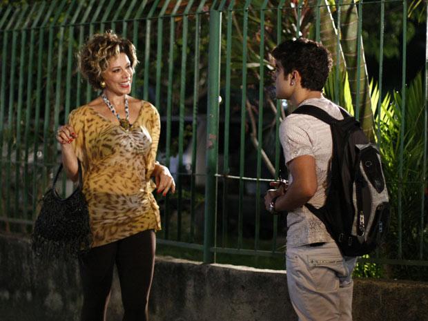 Antenor vai até a casa de Mirna Bello (Foto: Fina Estampa/TV Globo)