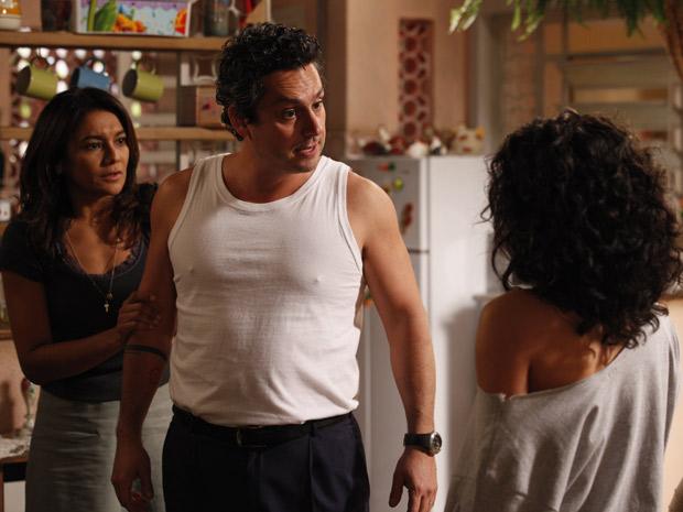 Celeste tenta evitar que Baltazar bata na filha (Foto: Fina Estampa/TV Globo)