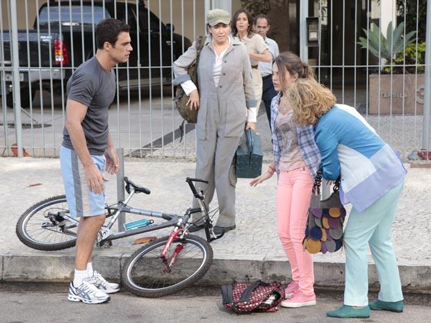Juan Guilherme anda de bicicleta rente ao meio fio  (Foto: Fina Estampa/TV Globo)