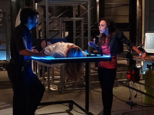 Leandro tenta religar a robô, mas Amanda avisa que ela está sem seu coração (Foto: Morde&Assopra/TVGlobo)
