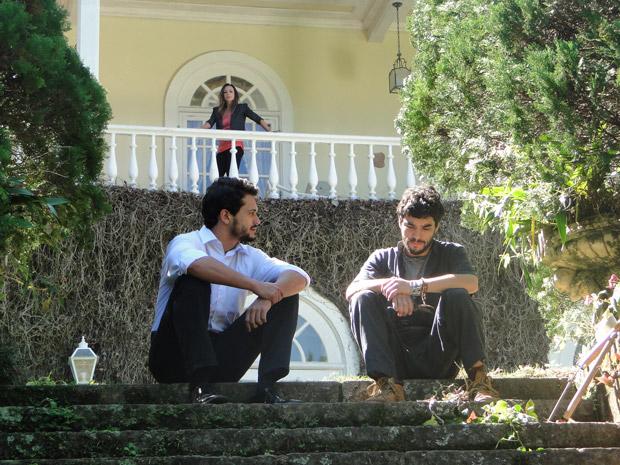 Intrigada, Amanda observa Tadeu conversando com Leandro (Foto: Morde&Assopra/TVGlobo)