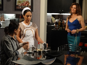 Tereza Cristina fica impressionada com o trabalho de Griselda (Foto: Fina Estampa/TV Globo)